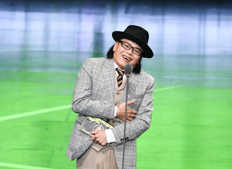 流氓阿德既是入圍者也是頒獎人,他抱著得獎者信封不放。(三立電視台提供)