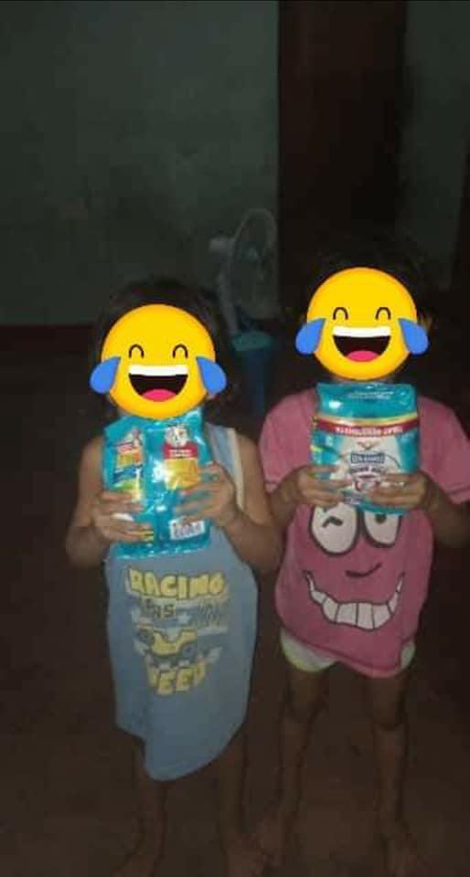 菲律賓孩童開心拿著收到的奶粉拍照,感謝香港雇主的善心。(翻攝自「外傭僱主必看新聞訊息」臉書社團)