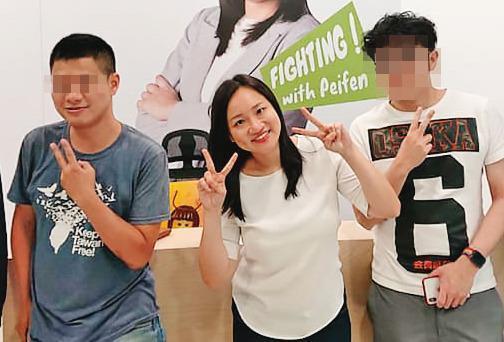 陳姓痴男(左)在去年謝佩芬(中)參選台北市立委期間曾在競選總部擔任志工。(翻攝謝佩芬臉書)
