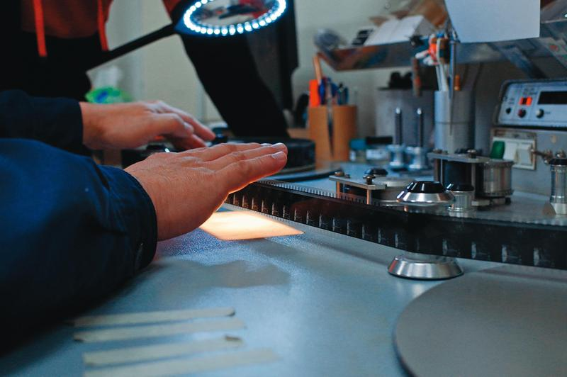 修復人員常常在數片格或計算拷貝數量,是紀錄片《數電影的人》名稱由來。(國家影視聽中心提供)
