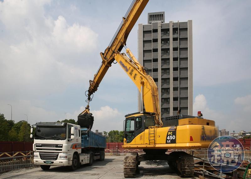 新北市仁義重劃區建案工地挖土方情況。