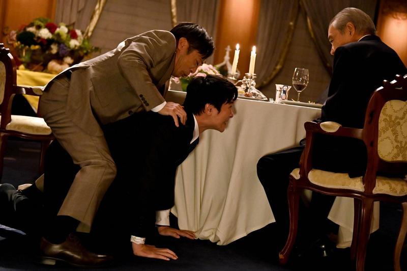 「大和田曉」香川照之(左)騎到「半澤直樹」堺雅人背上,逼迫他土下座道歉。(翻攝自TBS電視台)