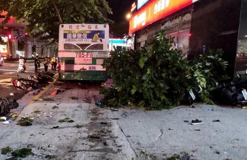 1輛藍26公車行經內湖路一段358號時,因不明原因爆衝上人行道。(翻攝畫面)