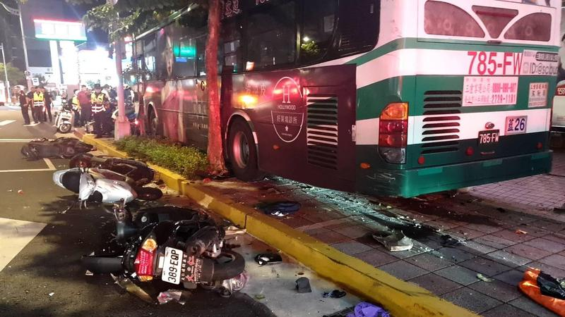 公車失速撞上人行道,現場一片狼藉。(翻攝畫面)