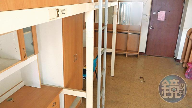 學生被迫搬進6人1間的宿舍,不僅地板髒汙、破損,空氣中也飄著霉味。