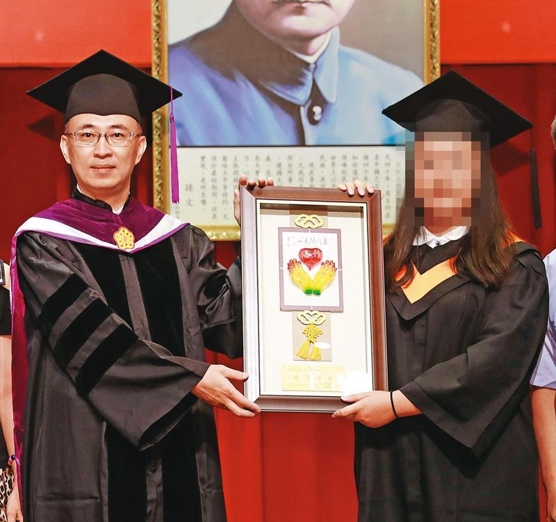 師生指控代理校長洪大安公然違法,身兼多系主任,十分誇張。(翻攝自稻江官網)