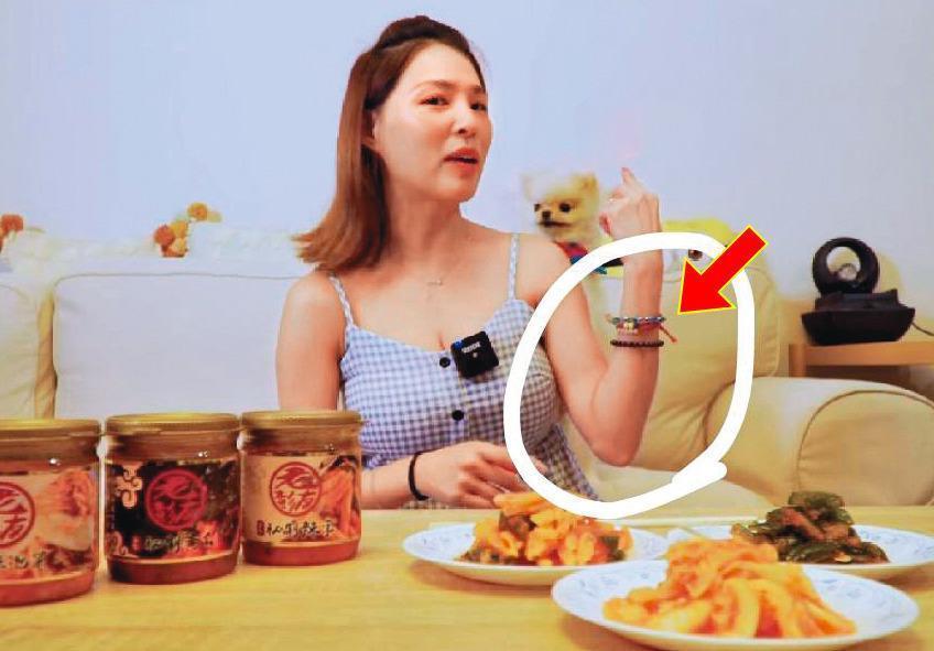 比對疑似熊熊的女子性愛影片,她身上的手鍊也成為網友辦案的證據之一。(翻攝自熊熊臉書)
