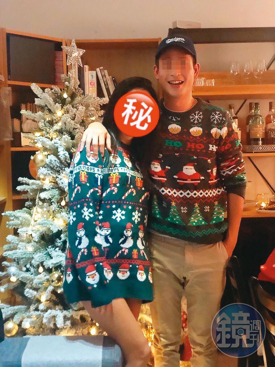 张男在去年耶诞节连赶2场,早上请A女代他遛狗,之后去陪H女送爱猫进行安乐死,晚上又穿上情侣毛衣,和A女浪漫过节。 (读者提供)