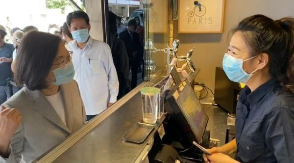 海軍因緊急出任務而無法領取已預訂的飲料,但店家並不在意,反而力挺國軍保家衛國。(總統府提供)