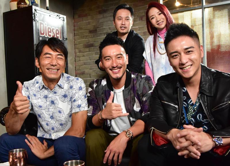導演錢人豪(後左)帶著新作《海霧》3位男演員李李仁(前左)、王陽明(前中)、鄭人碩(前右),接受陶晶瑩(後右)主持的網路節目《陶口秀》訪問。(泰坦星文創影視提供)