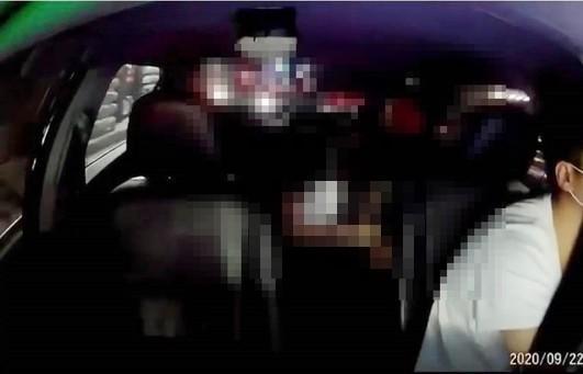一對疑似情女在車內上演活春宮,讓司機看傻眼。(翻攝自畫面)