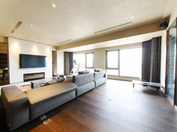 大S前豪宅有大坪數客廳,裝潢不算太富麗堂皇。(翻攝自Dcard)