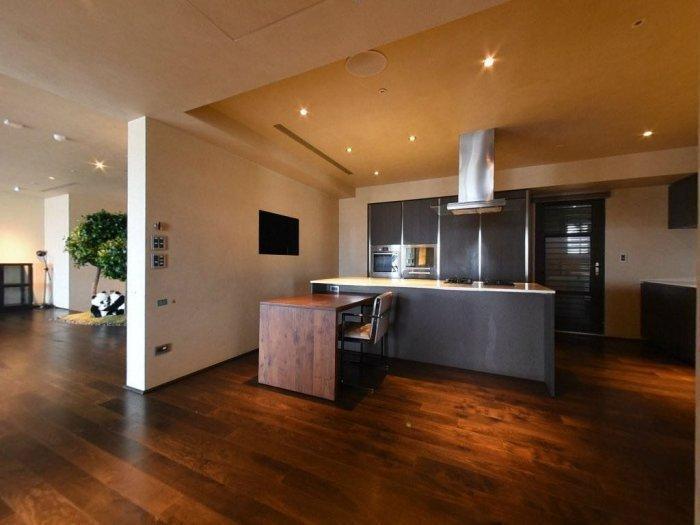 大S前豪宅的廚房不算重裝備,但空間頗大。(翻攝自Dcard)