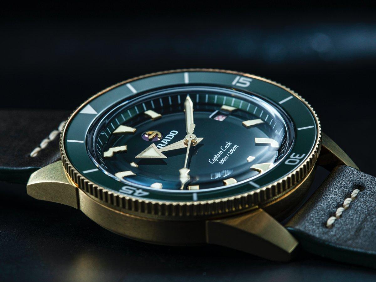雷達「庫克船長」陶瓷錶圈的色澤、穹頂式水晶玻璃與面盤的光影變化,配上青銅錶殼的質感,叫人驚豔不已。定價約NT$80,400。