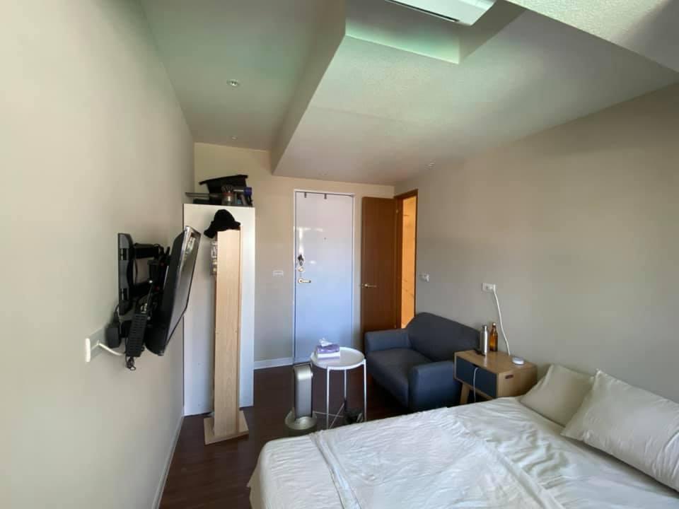 該租屋物件「麻雀雖小,五臟俱全」,除了基本的桌椅、床墊、衣櫃、洗衣機、電視、冰箱等,還附有電磁爐可炊煮。(翻攝自台北租屋、出租專屬社團)