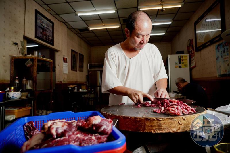沈大裕是阿裕牛肉涮涮鍋的靈魂人物,憑藉每日現宰的新鮮溫體牛肉和獨門刀工,收服台灣政商界饕客。