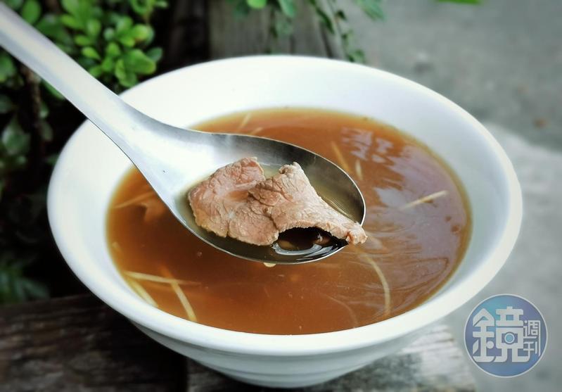 沈大裕目前一人經營老店,只賣牛肉湯。(含滷肉飯吃到飽,150元起/套)