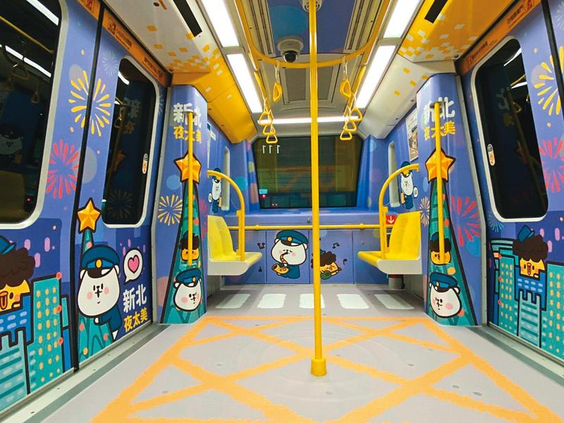 熊秋葵創造角色替新北環狀線代言,在沿線設置公仔,7月時還推出角色彩繪車廂。(毛毛蟲文創提供)