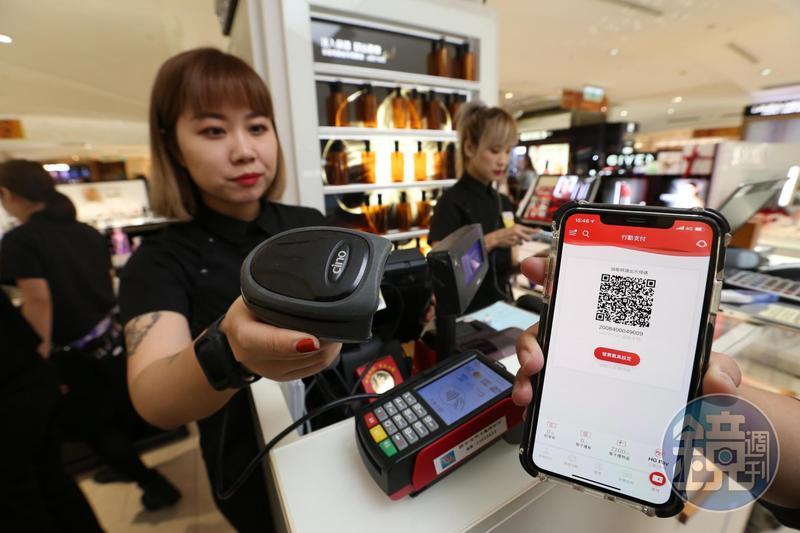 百貨公司近年來紛紛推出APP,使用電子支付能享更多優惠。