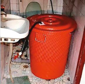 凶手具水電專長,特別將塑膠桶改造,讓屍水能順利排出。(翻攝畫面)