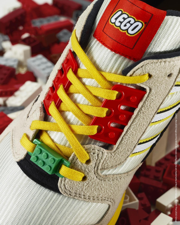 adidas Originals ZX8000以多彩LEGO代表色拼接,鞋帶、鞋釦滿載經典樂高積木的螺柱狀經典設計。(adidas Originals提供)
