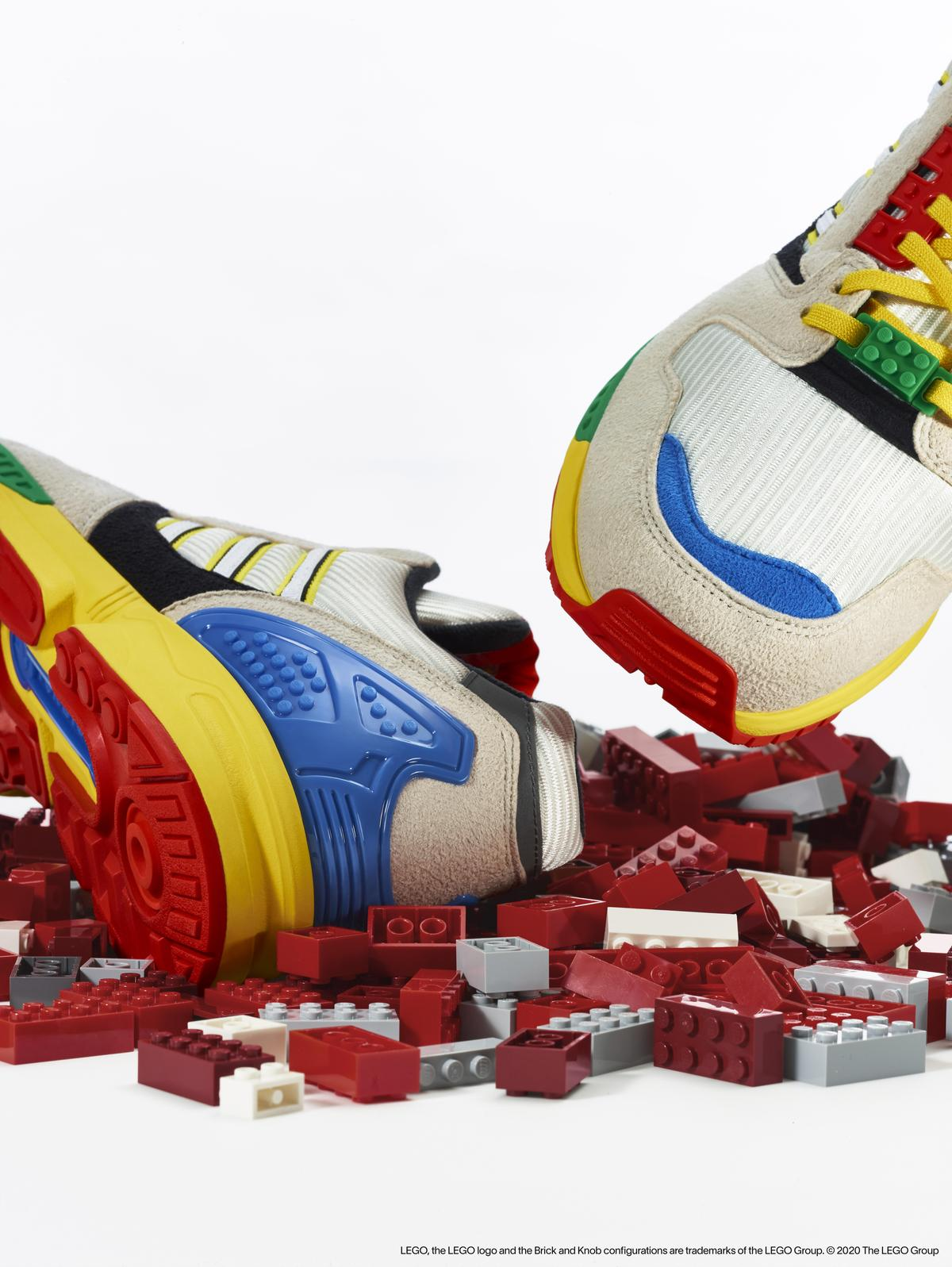 鞋跟、中底包含大底都是辨識度高的LEGO螺柱狀設計特色。(adidas Originals提供)