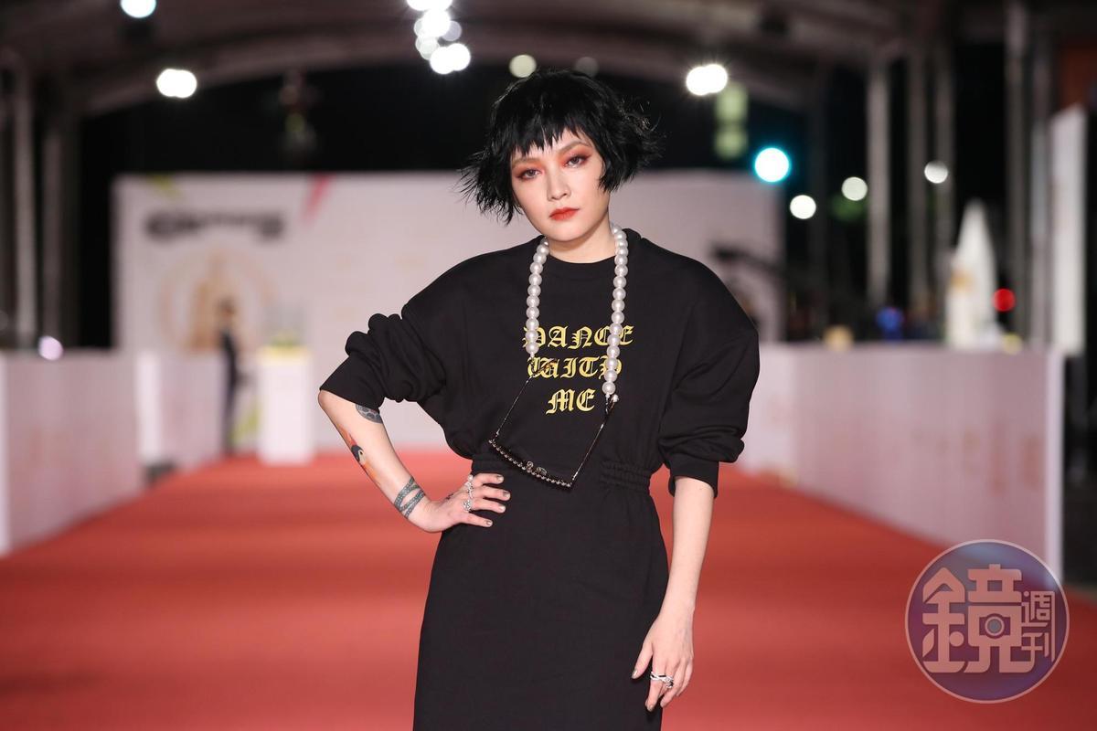 范曉萱一身充滿個性的裝扮搭配煙燻妝,雖稱不上紅毯第一美,但絕對是紅毯第一句點王。