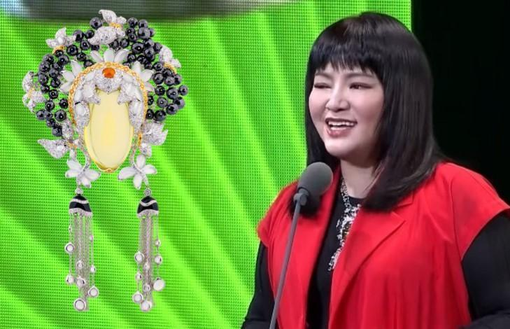 「國師」唐綺陽擔任第55屆金鐘獎頒獎人,胸前配戴黑鑽冰翡水晶臉譜墜飾(NT$2,255,000)。(翻攝自三立電視、JHENG提供)