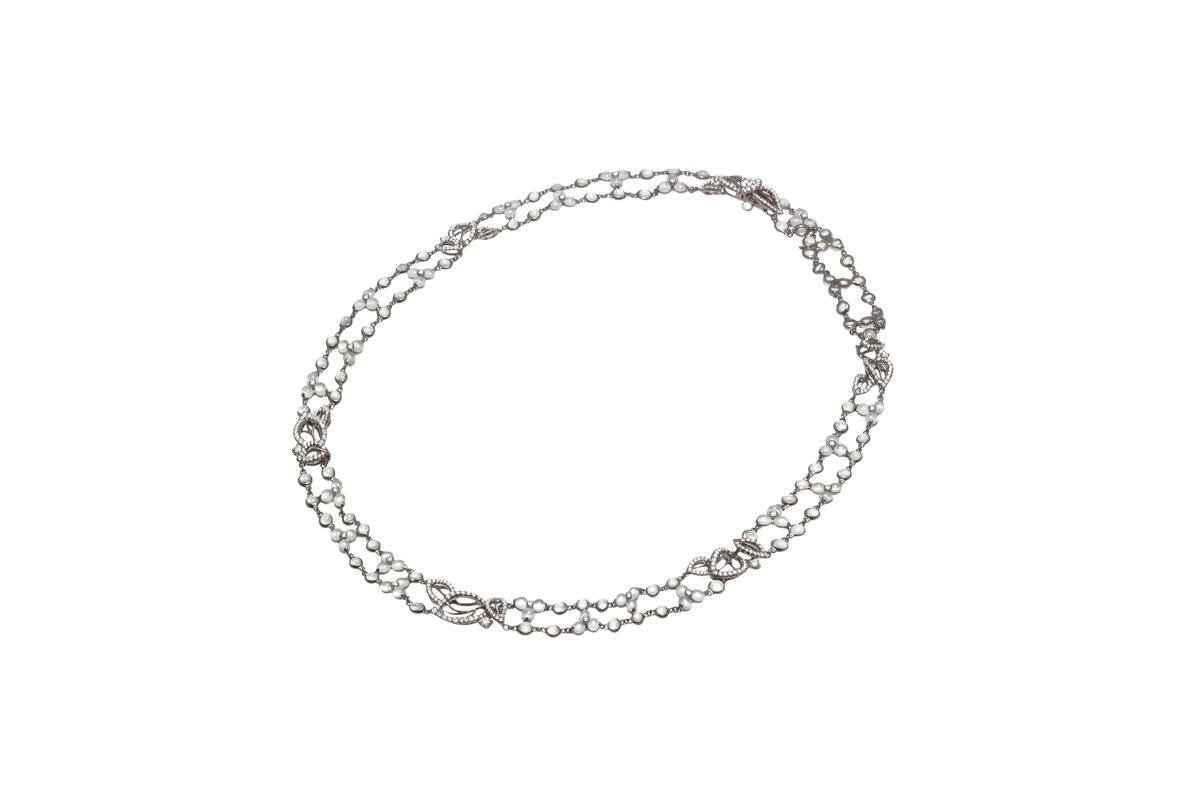 國師以臉譜系列冰翡鑽石項鍊(NT$560,000),來串搭黑鑽冰翡水晶臉。(JHENG提供)
