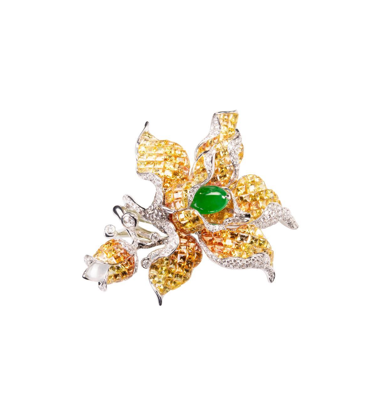國師配戴瑰麗大師系列漸層黃色藍寶石翡翠指間戒,NT$1,144,000。(JHENG提供)