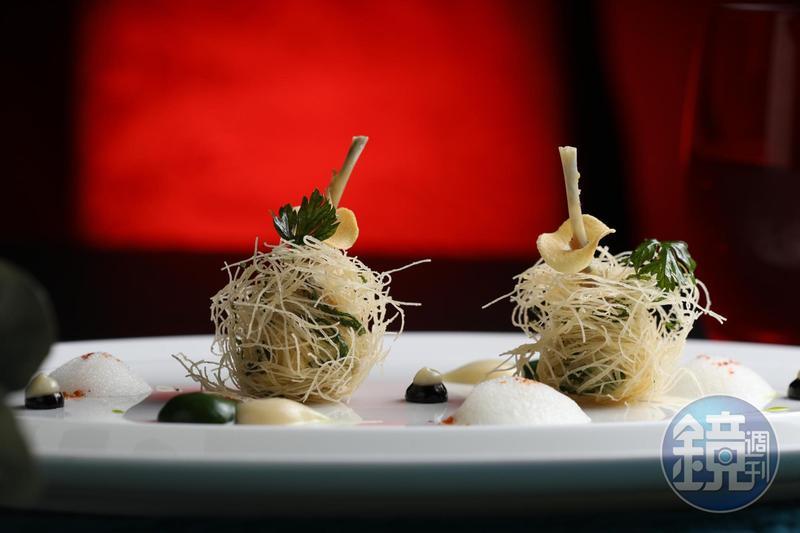 「酥炸田雞腿佐蒜泥及荷蘭芹醬」是侯布雄的經典名菜之一。