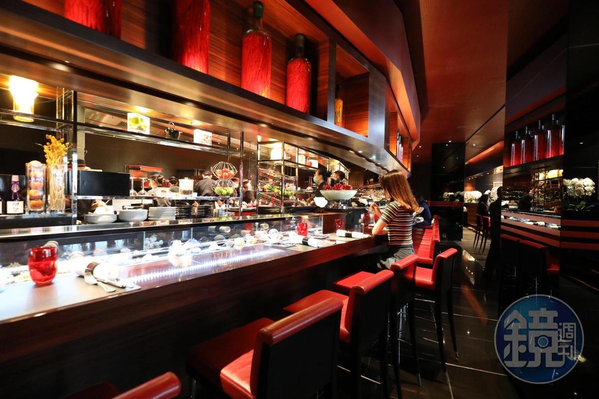 台北侯布雄法式餐廳屬於較為輕鬆型態的L'Atelier,可在吧台近距離看到廚房。