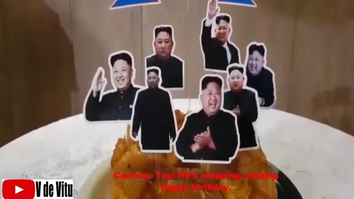 蛋糕上插了7支金正恩的肖像,伊曼紐拉的家人說:「妳看他們在幫妳拍手慶祝生日喔」。(翻攝自YouTube V de Vitu)