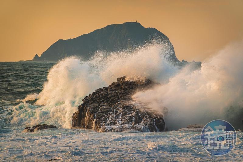 大浪打上海蝕礁岩的瞬間,適合用高速快門凍結瞬間那一刻。