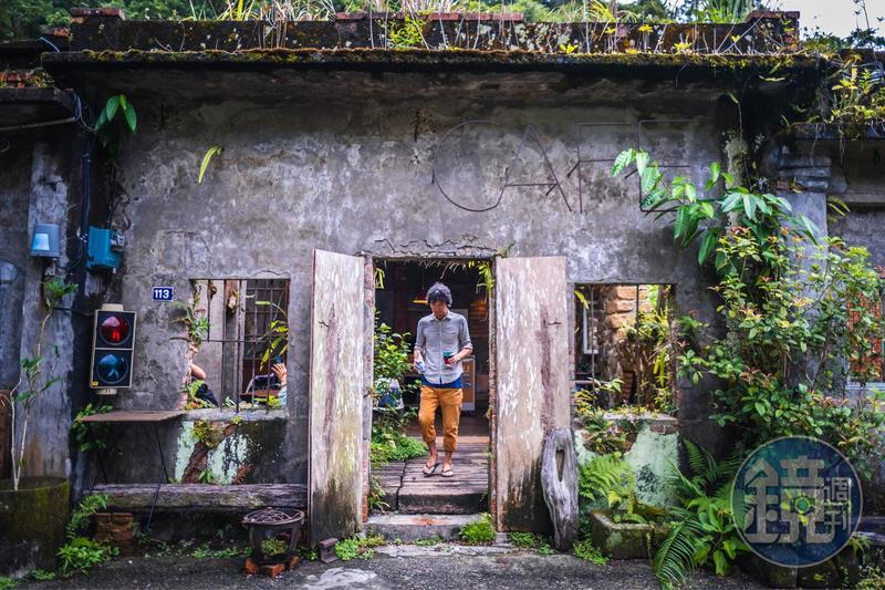 咖啡館的正面記錄了歲月流逝的痕跡,草叢蕨類自然生長伴隨民宅聚落。