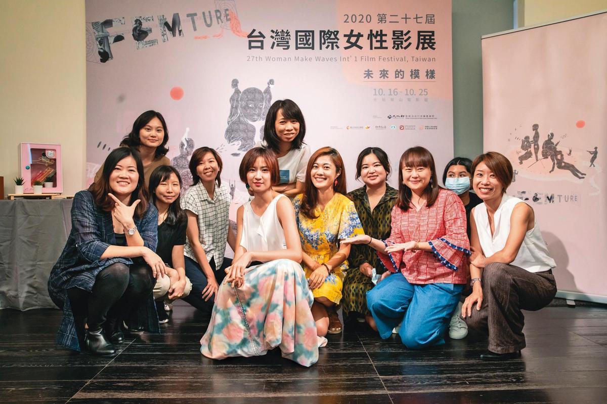 本屆女性影展代言人9m88(前排左四)與女影主席王君琦(右一)、策展人羅珮嘉(左一),以及部分台灣競賽單元入圍者一起出席售票記者會。(女性影展提供)