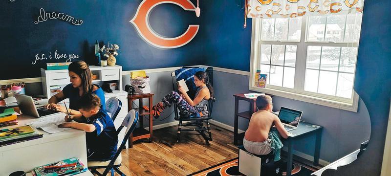 疫情和封城讓民眾無法出門,靠筆電在家「遠距」上班與學習。(翻攝North Syracuse Central School District臉書)