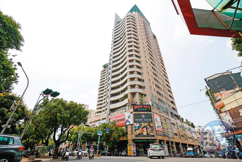 「東方巨人」商場過去為誠品台南門市所在地,曾是文青們的聚集地。