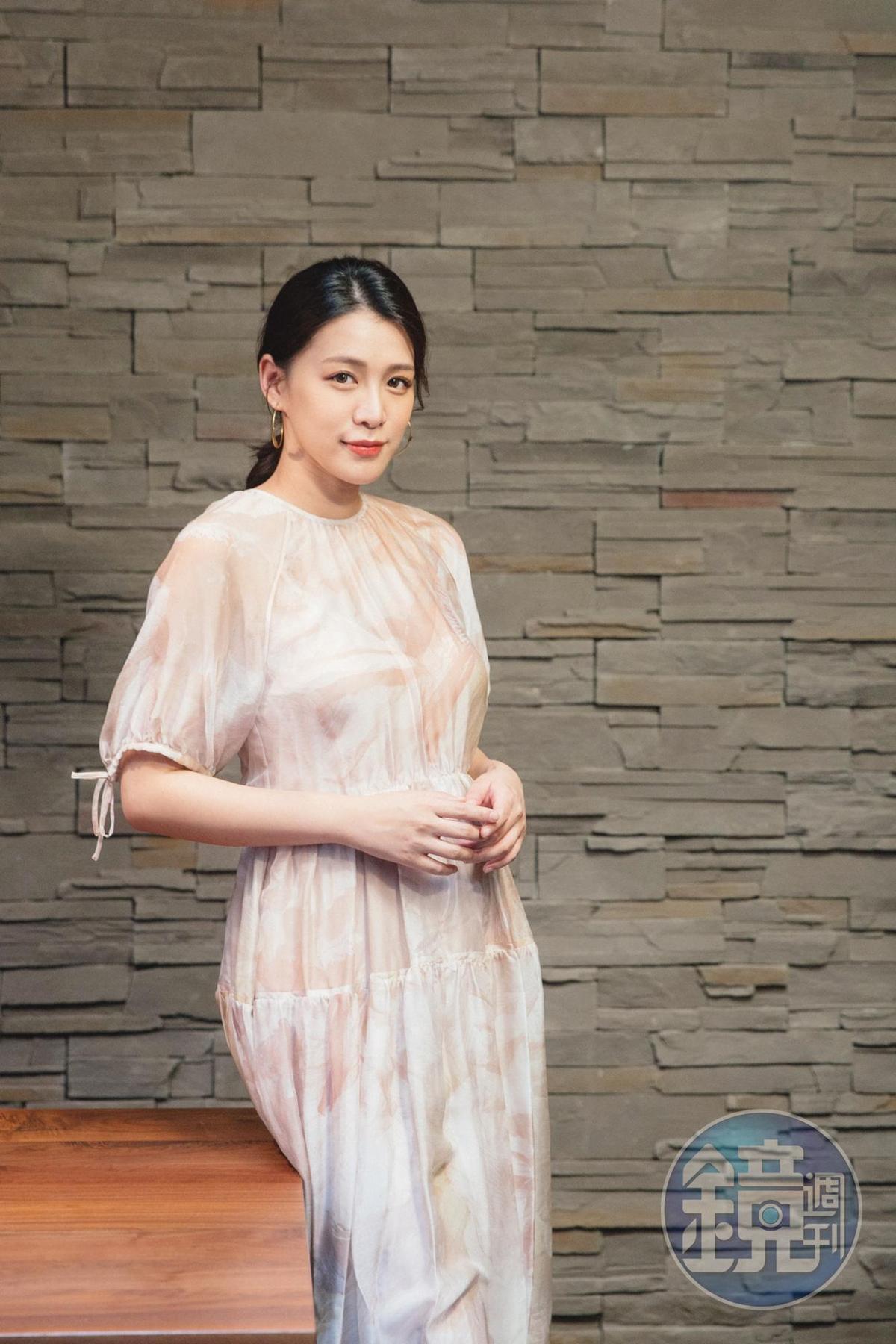 模特兒出身的王思平有了1個新身分——母親。她說因為女兒,「我會更堅強,當妳最堅強的後盾。」王思平身穿MAX&Co.印花洋裝。