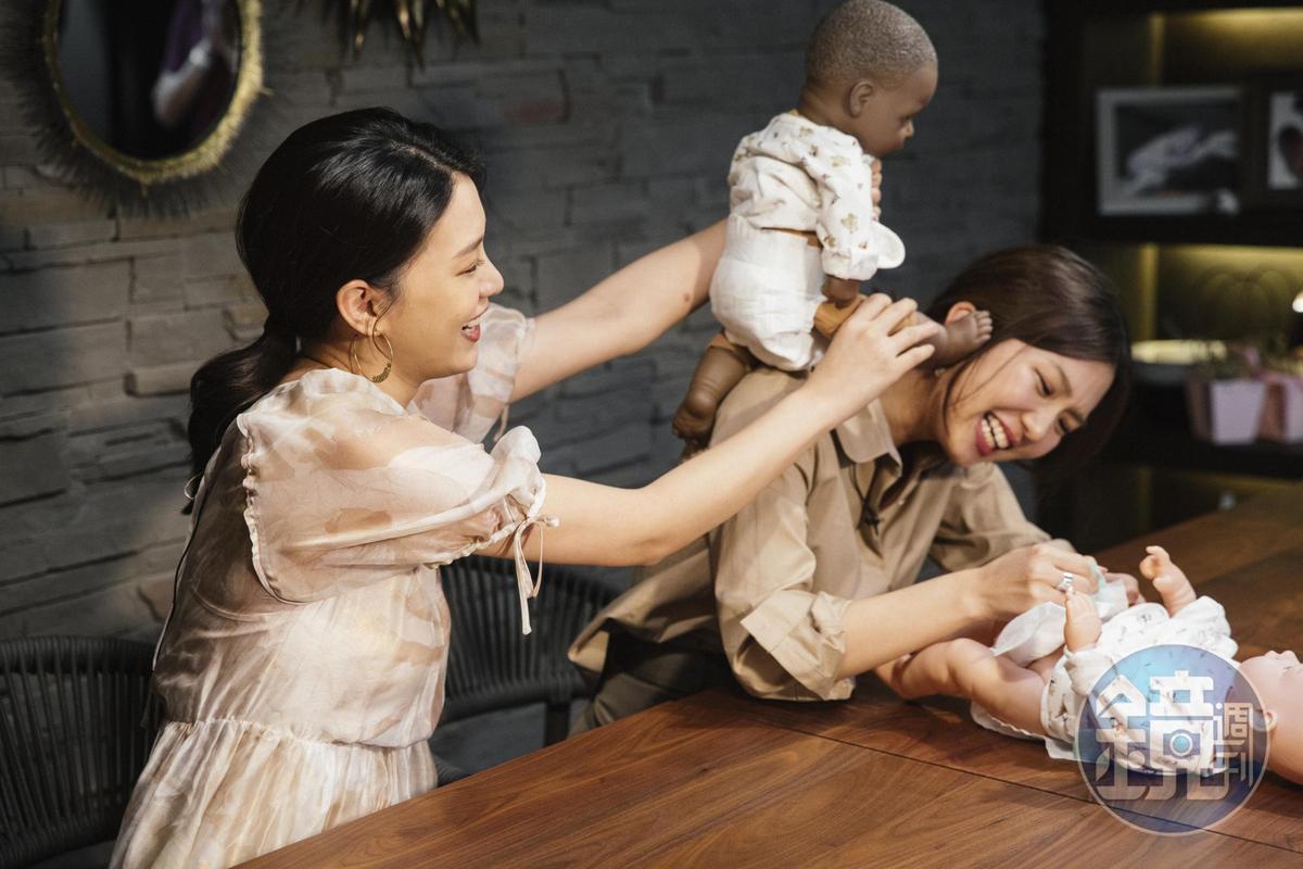 新手媽咪王思平(左)與「台北宋慧喬」Jamie(右)競賽包尿布,結果不言而喻,原來包尿布要謹守「先前後、後左右」6字訣。