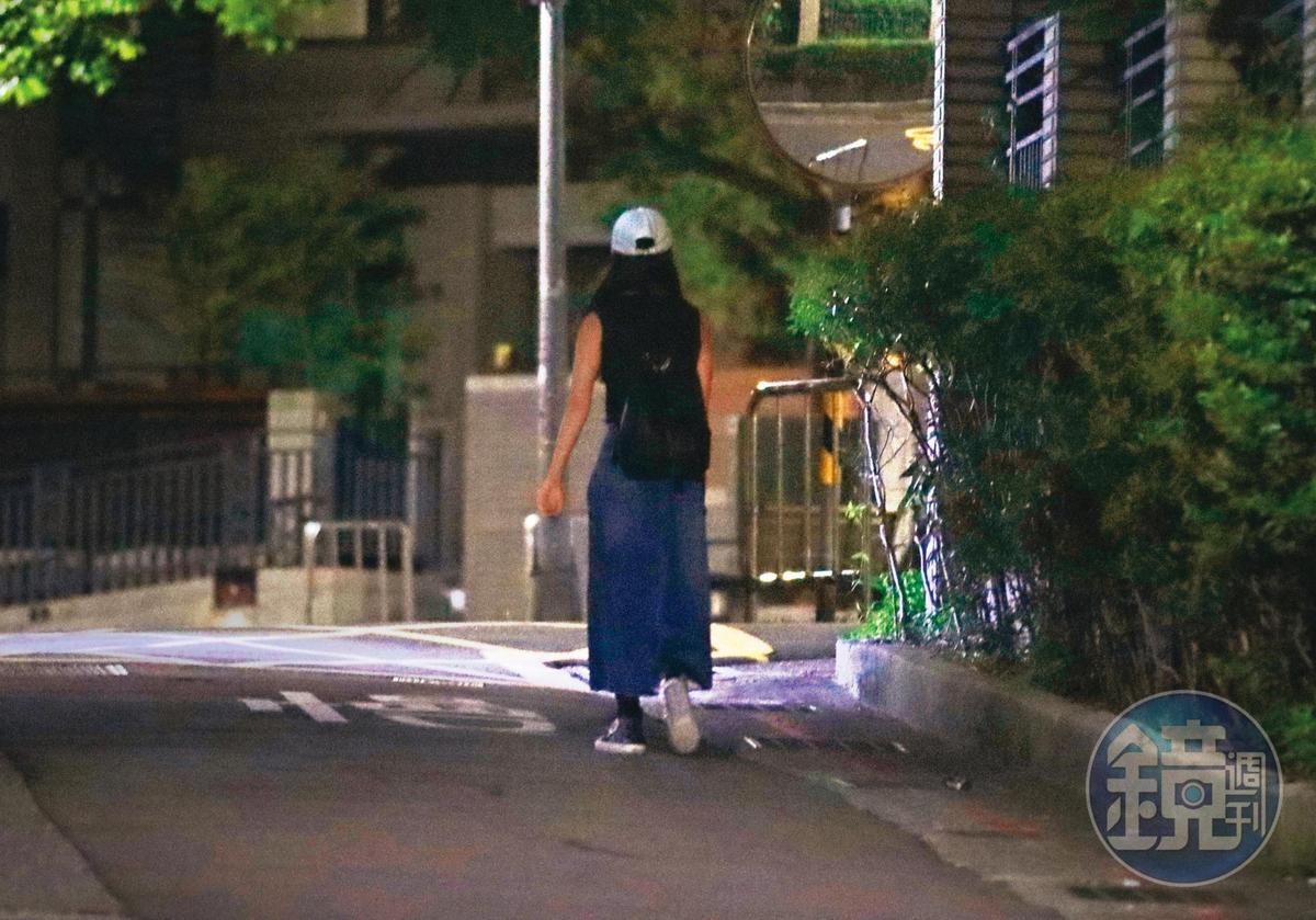 9/17 22:51,離開捷運站後,田中千繪獨自一人走在暗巷中,不過她常回頭查看有無被跟蹤。