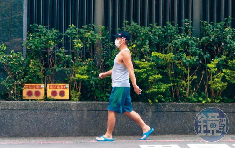 9/18 12:47,18日中午,范逸臣戴鴨舌帽、口罩,穿著輕便從田中千繪家走出覓食。