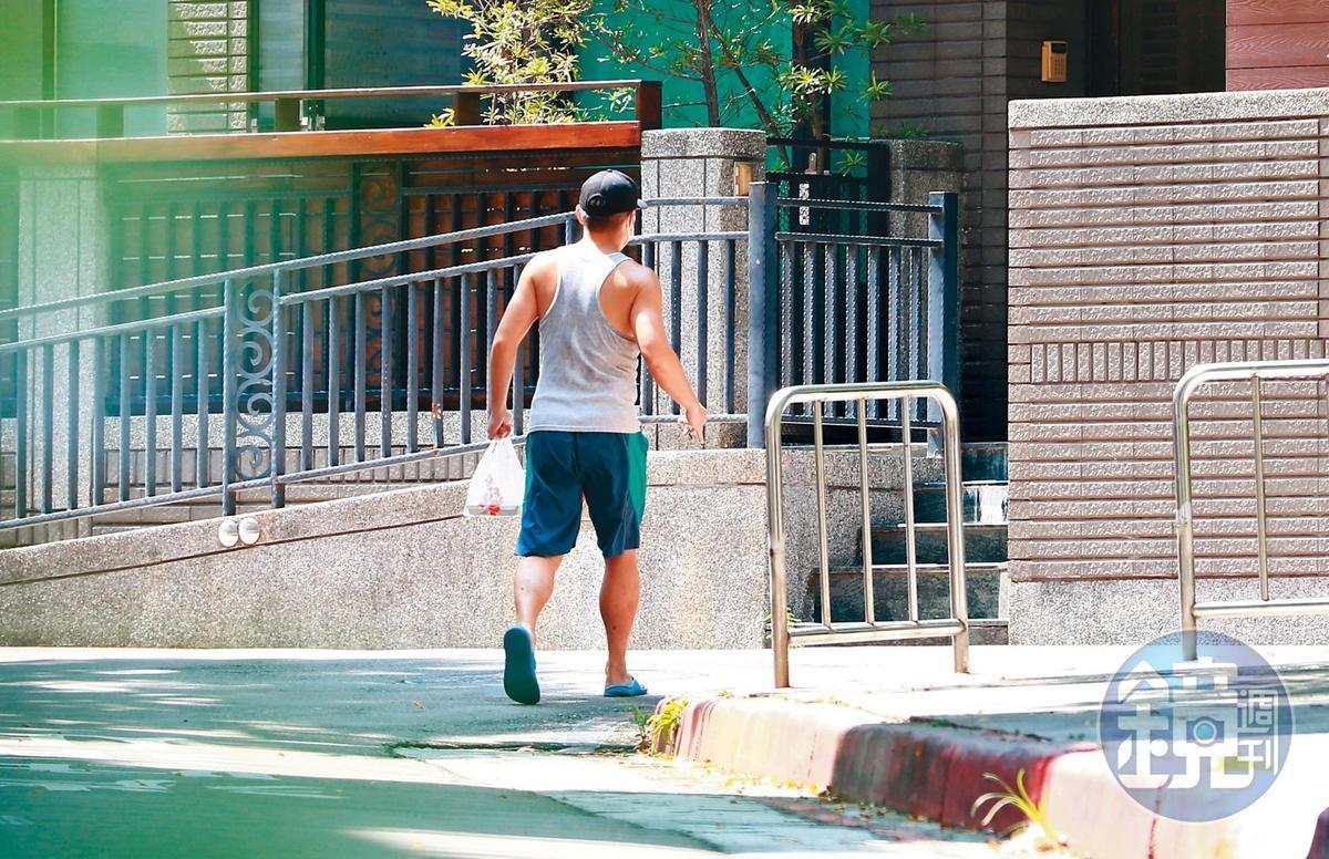 9/18 13:00,買完便當後,范逸臣快速走回田中千繪的家中,過著顧家生活。