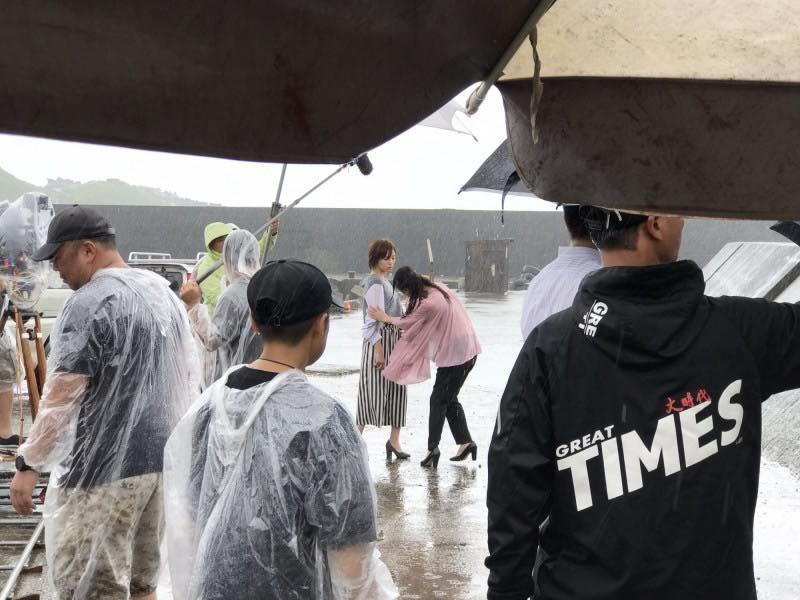 王瞳拍八點檔也吃過不少苦,淋雨拍戲算是輕鬆的戲碼。(翻攝自王瞳臉書)