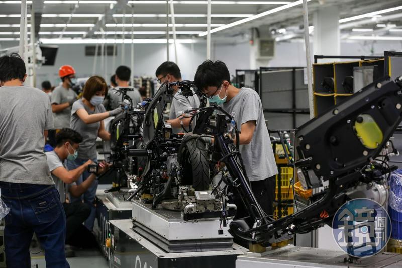 Gogoro廠內以高度自動化取代傳統人力,每個環節各設雲端資料管理工作站。