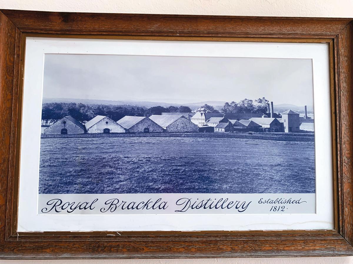 酒廠牆上的老照片,提醒我們它已屹立逾二世紀。
