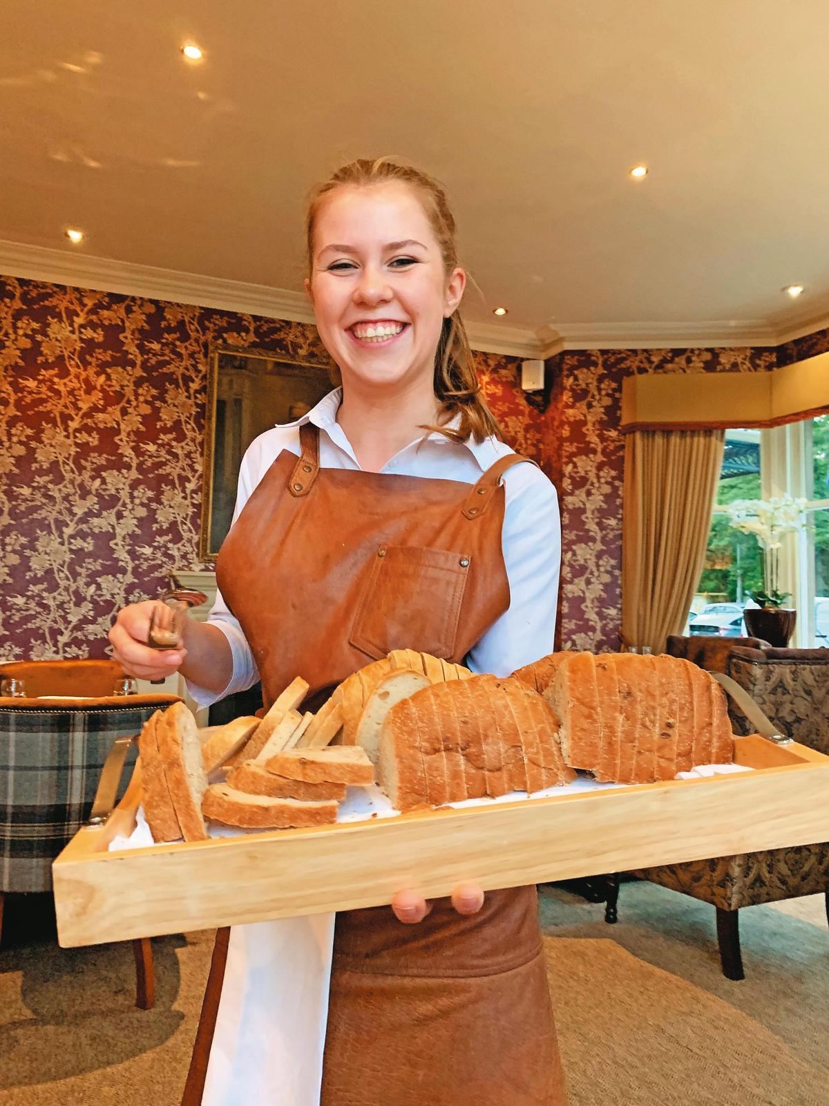 在Golf View Hotel餐廳用晚餐,遞上麵包的服務生笑容滿滿,讓人有種回到家的溫暖。