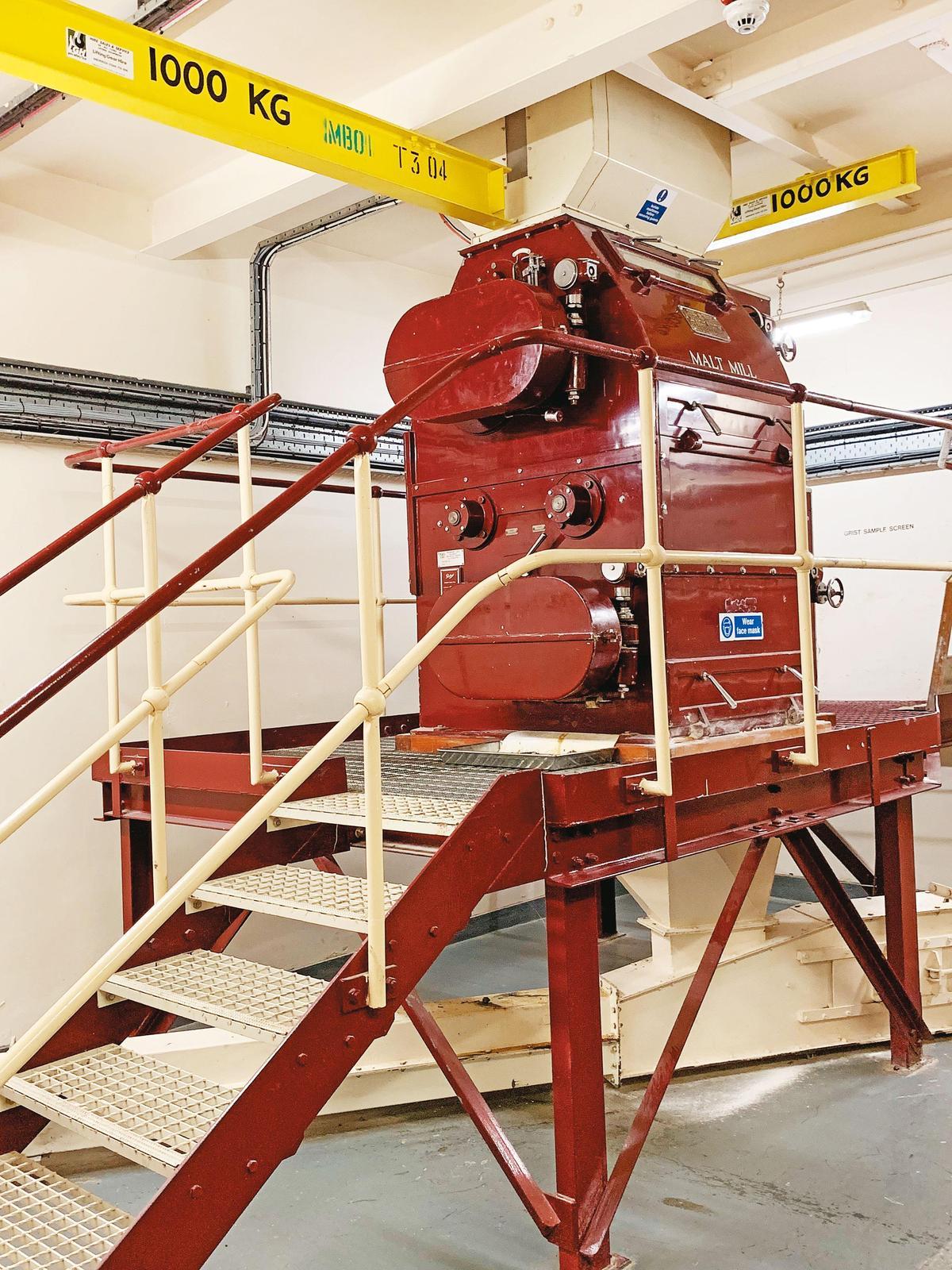 這裡的麥芽碾磨機是架高的,生產的Porteus公司雖已倒閉,但維修技師的第二代仍持續提供服務,上面看得到Ronnie Lee的名字與電話。