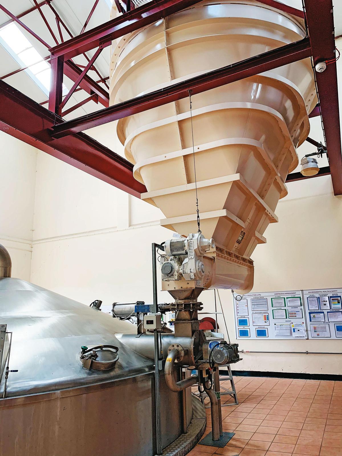 磨好的碎麥芽就從上方白色的超大漏斗注入糖化槽內,開始進行糖化。