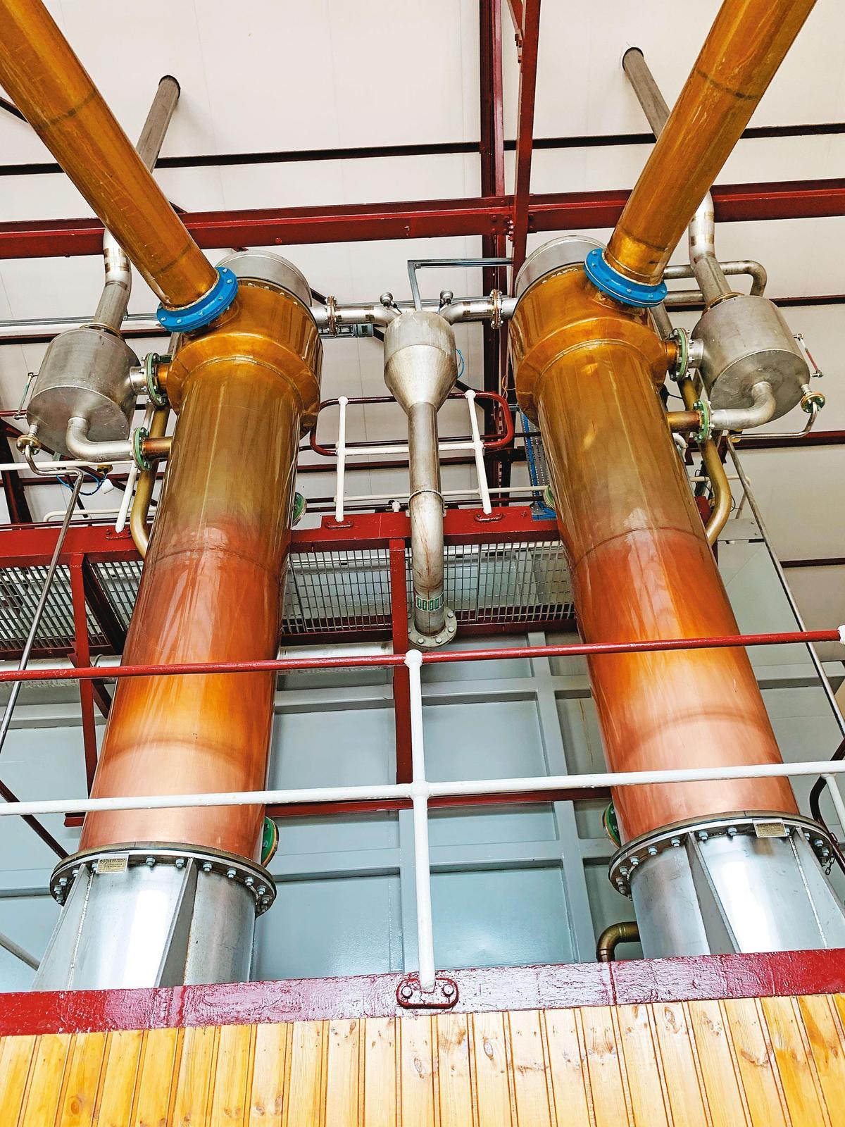 直立的冷凝管旁邊可看到純化器,讓新酒酒質更加純淨,才不負皇家英名。